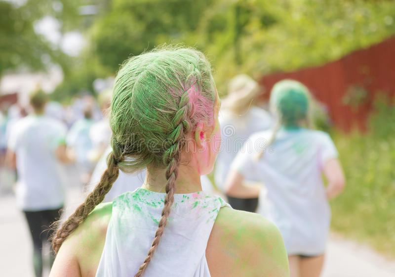Vue arrière de jeune femme avec la poussière de couleur verte dans ses cheveux image libre de droits