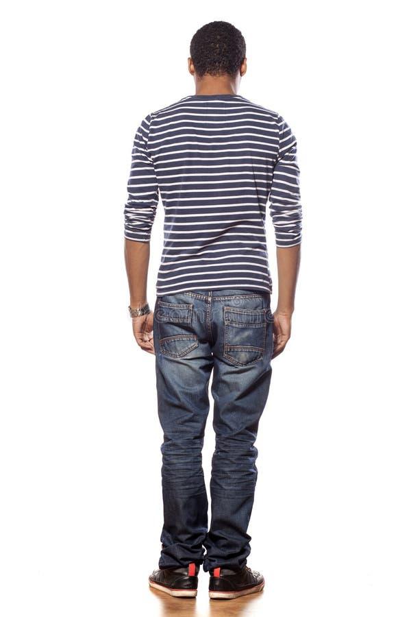 Vue arrière de jeune homme à la peau foncée photo libre de droits