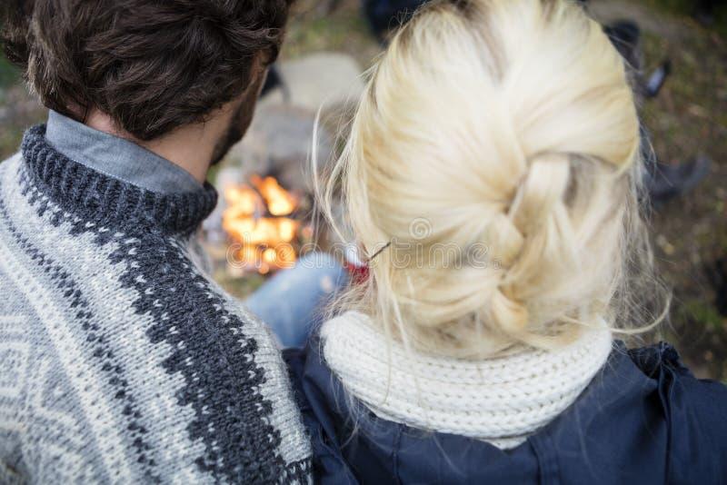 Vue arrière de jeunes couples au terrain de camping photos stock