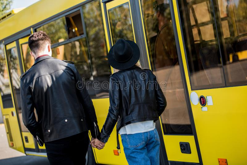 vue arrière de jeunes couples dans des vestes en cuir tenant des mains photo libre de droits