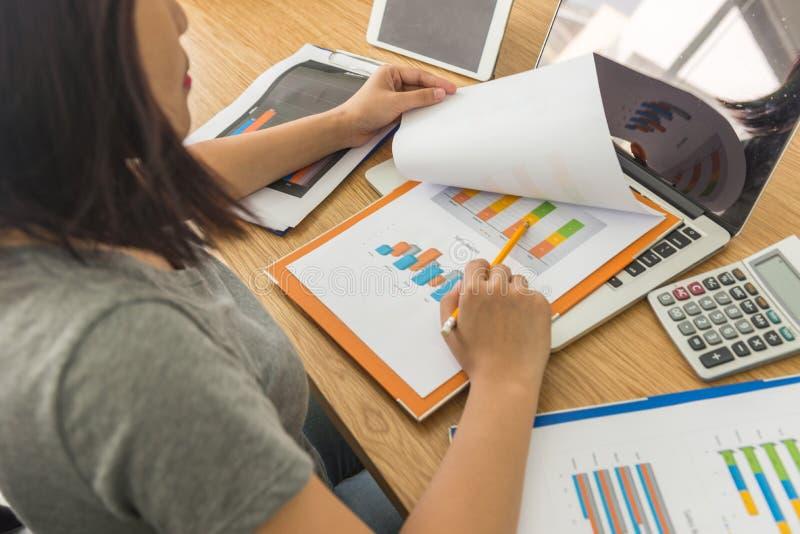 Vue arrière de l'employé féminin d'affaires analysant des données de rapport de ventes image libre de droits