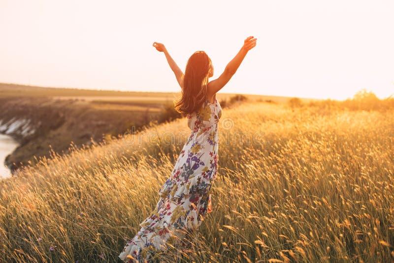 Vue arrière de la femme heureuse libre appréciant la nature image libre de droits