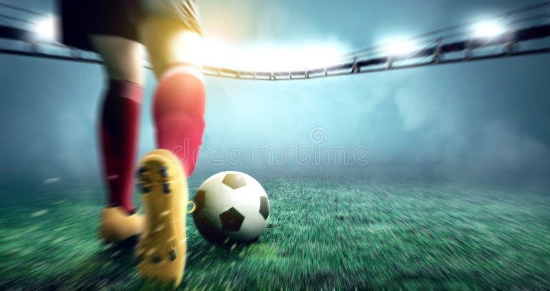 Vue arrière de la femme de joueur de football donnant un coup de pied la boule sur le terrain de football photos stock