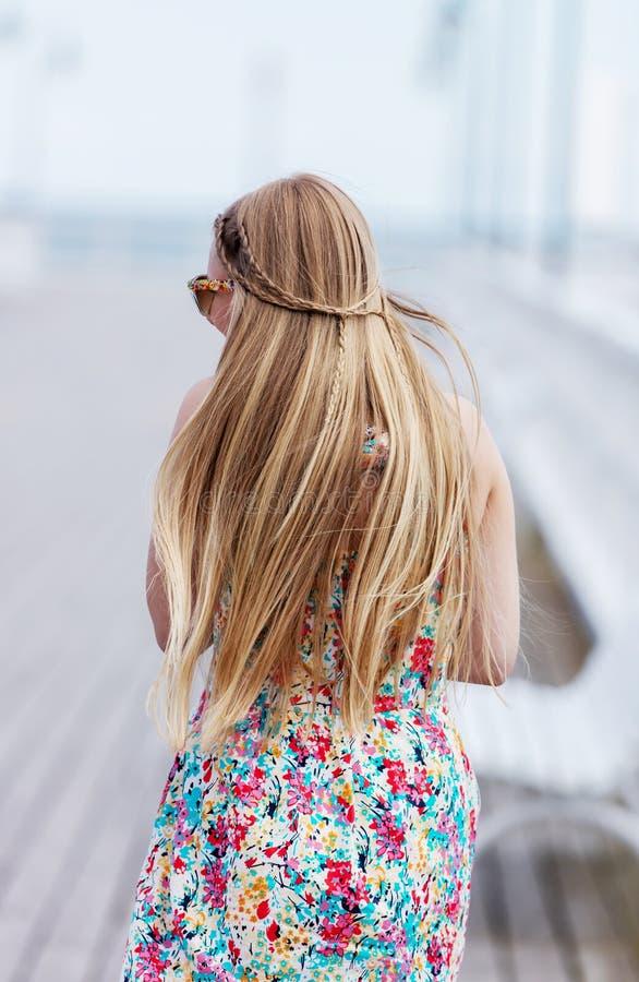 Vue arrière de la jeune femelle avec de beaux longs cheveux droits blonds photos libres de droits