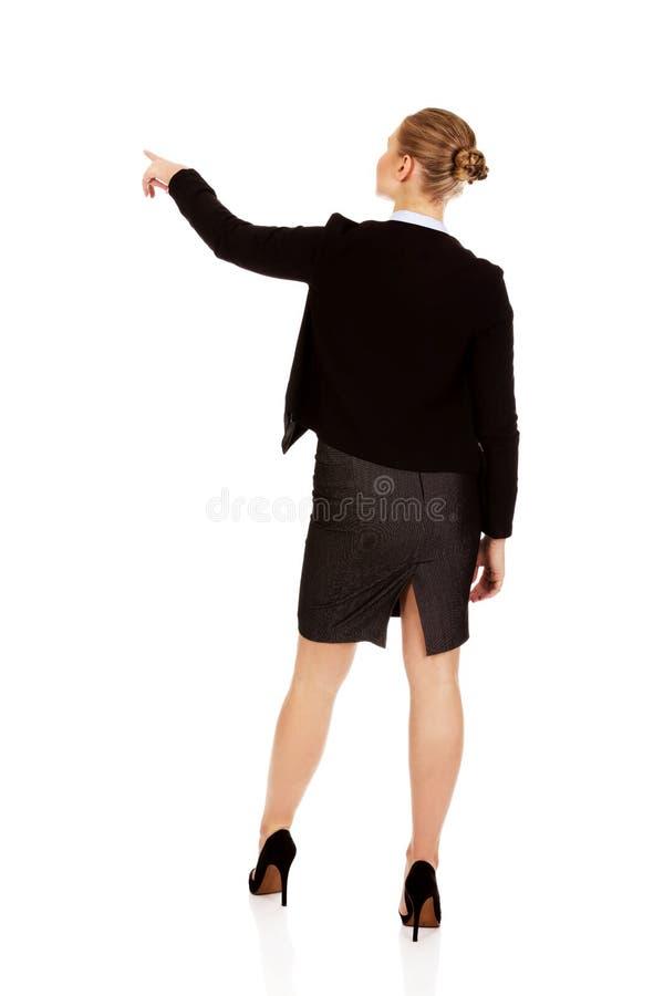 Vue arrière de la jeune femme d'affaires se dirigeant pour somathing photographie stock libre de droits