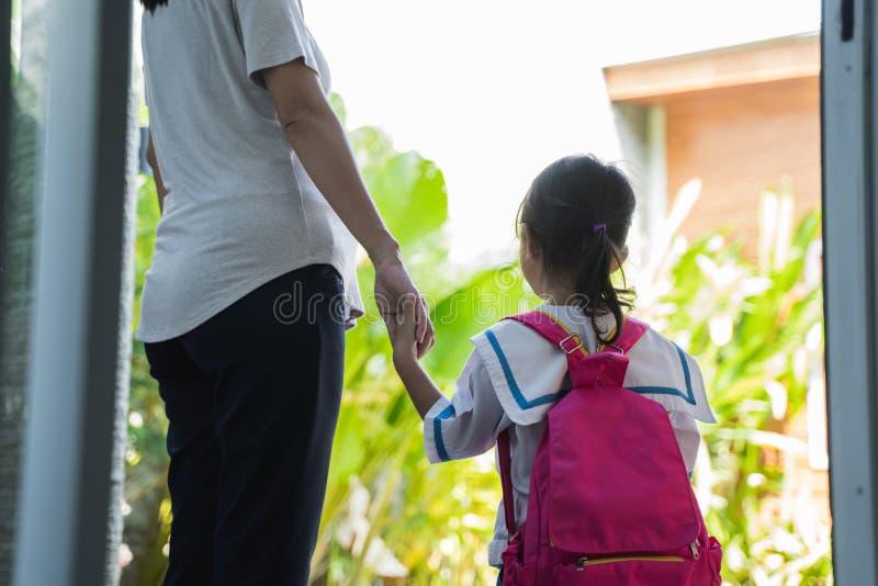 Vue arrière de mère marchant sa fille à l'école photographie stock libre de droits