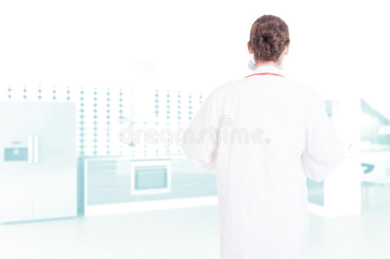 Vue arrière de médecin anonyme de femme photos stock