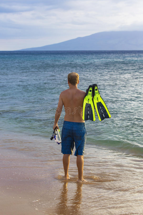 Vue arrière de naviguer au schnorchel allant d'homme attirant en Hawaï photos libres de droits