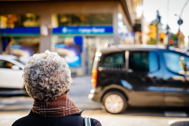 Vue arrière de rue supérieure de croisement de femme d'appartenance ethnique noire images libres de droits