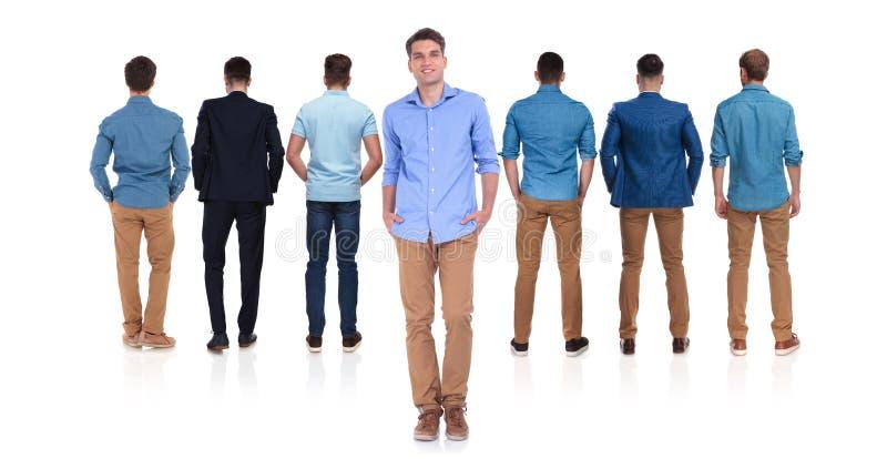 Vue arrière de sept hommes avec le chef occasionnel dans l'avant photos stock
