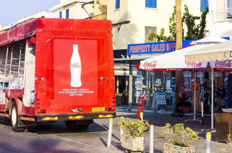 Vue arrière de support de camion de livraison de Coca-Cola près de boutique de détaillant photo stock