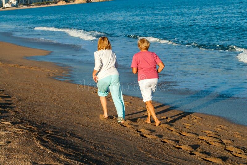 Vue arrière des femmes pulsant sur la plage. photographie stock