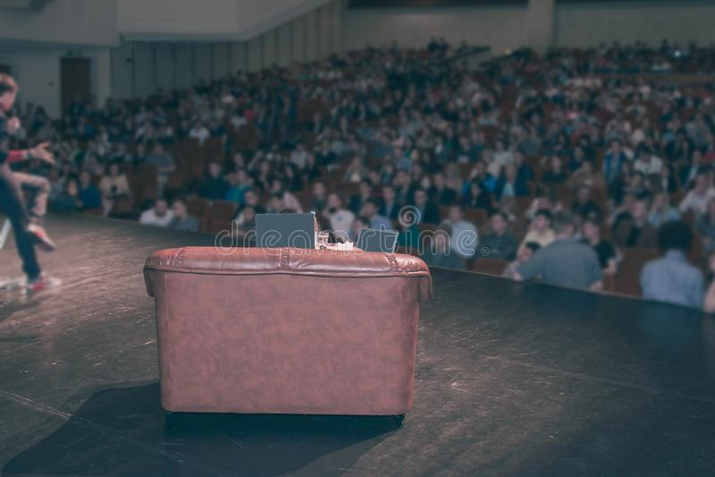 Vue arrière du conférencier donnant une conférence sur le Business Conference d'entreprise image libre de droits