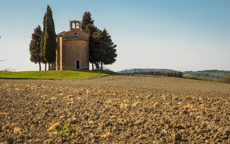 """Vue arrière du della Madonna di Vitaleta de chapelle de Cappella en Val d """"Orcia L'Italie, 2017 images libres de droits"""