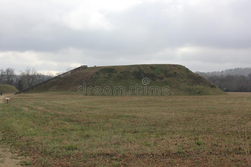 Vue arrière du monticule A de monticule de temple d'Etowah images stock