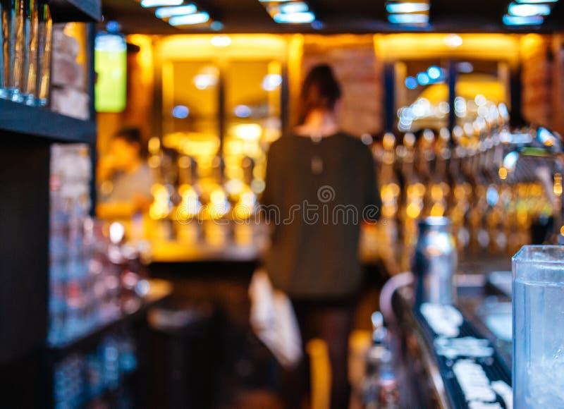 Vue arrière du silhouet de la femme de barmaid de domestique de barre dans des WI de bière photos stock