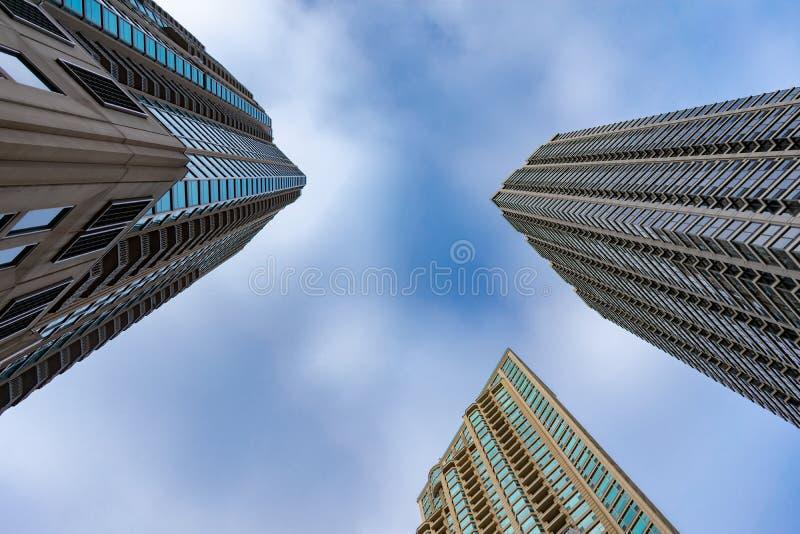 Vue ascendante des gratte-ciel résidentiels en rivière Chicago du nord photographie stock