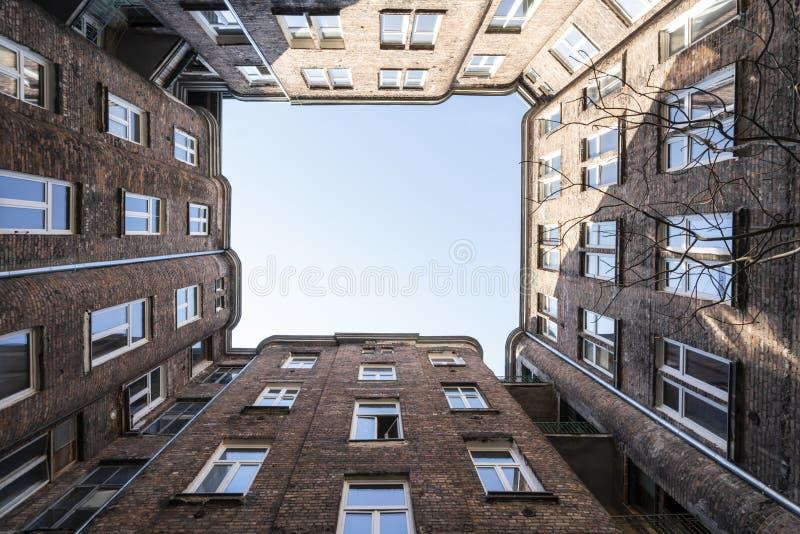Vue ascendante parmi des b?timents ? Varsovie photo stock
