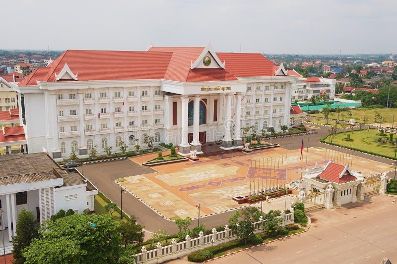 Vue au bâtiment de bureau du gouvernement du monument de victoire à Vientiane, Laos photographie stock