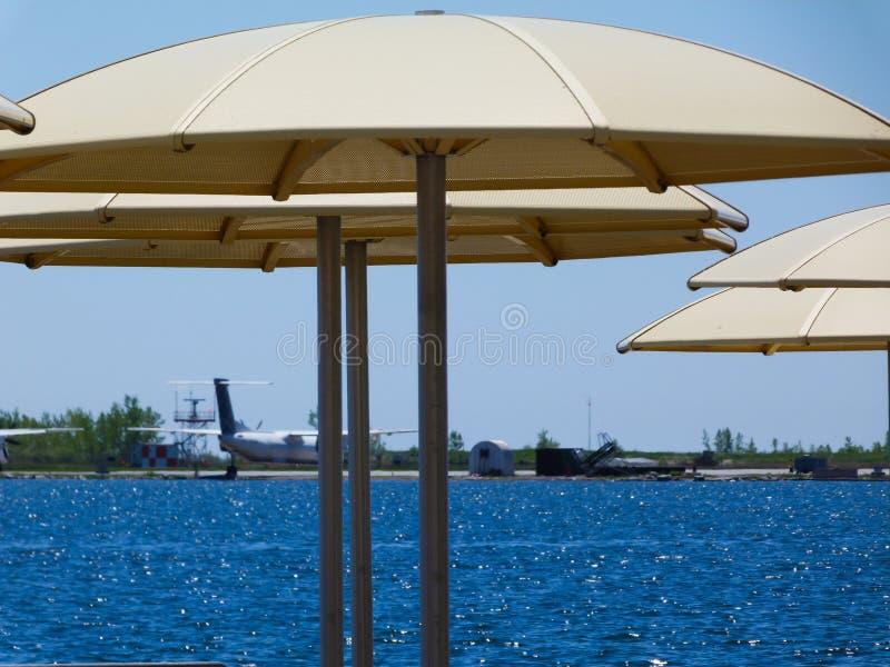 Vue au bord du lac d'aéroport d'île à Toronto photos libres de droits