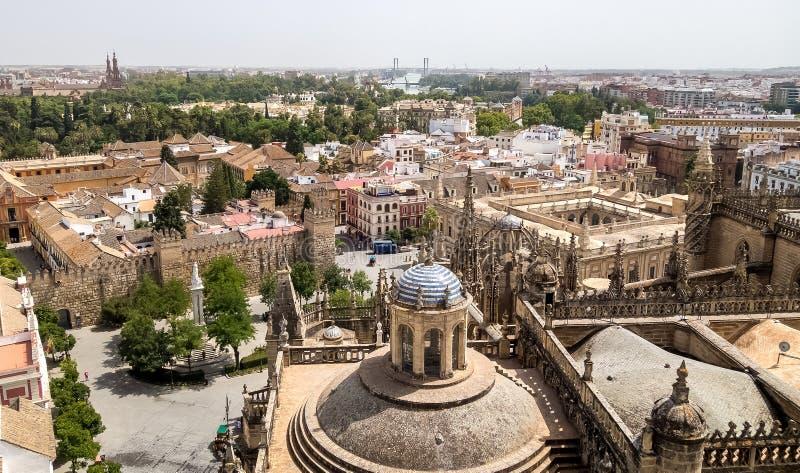 Vue au centre de Séville de Giralda - la tour de la cathédrale de Sevillaimages stock