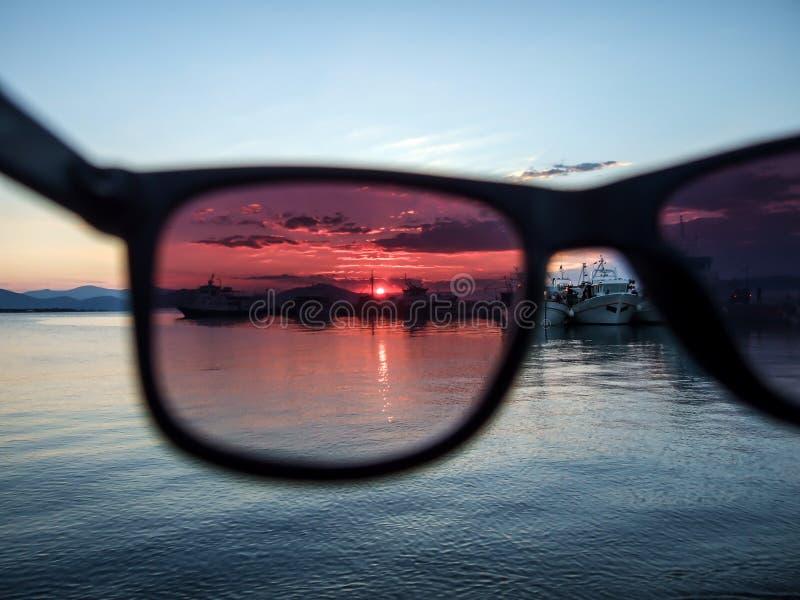 Vue au coucher du soleil par des verres images libres de droits