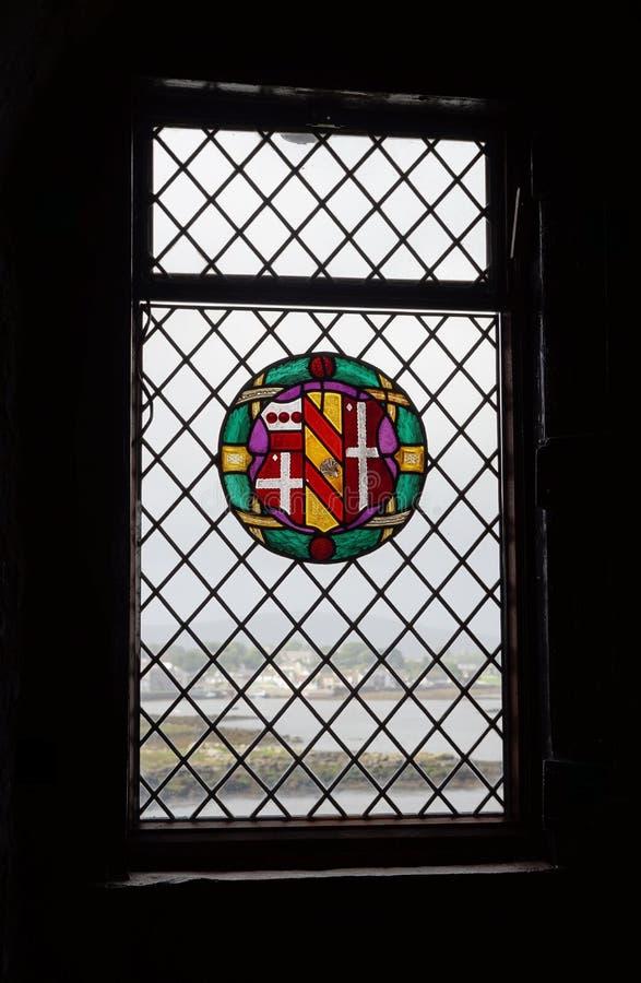 Vue au delà des murs de château photos stock