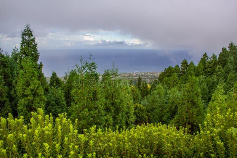 Vue au-dessus d'île nuageuse de sao Miguel Island, Açores, Portugal image stock