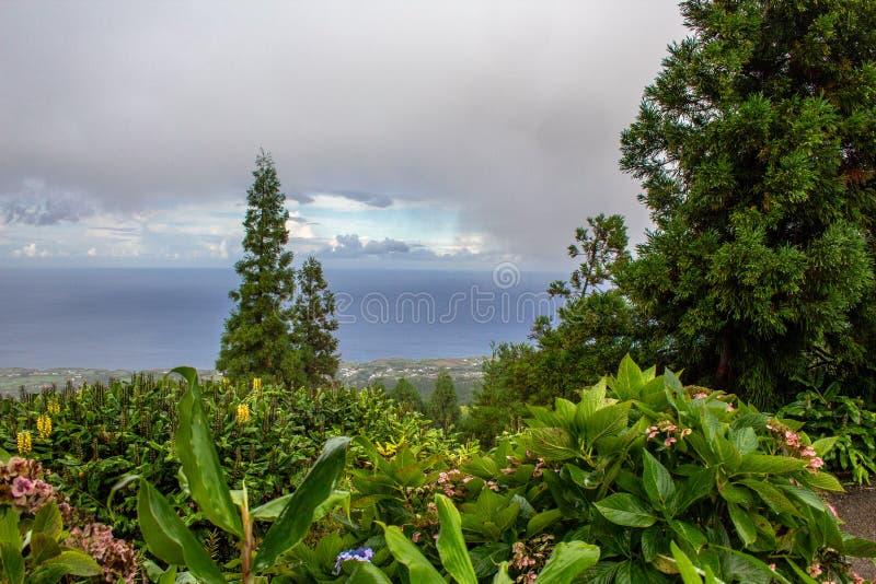 Vue au-dessus d'île nuageuse de sao Miguel Island, Açores, Portugal images libres de droits