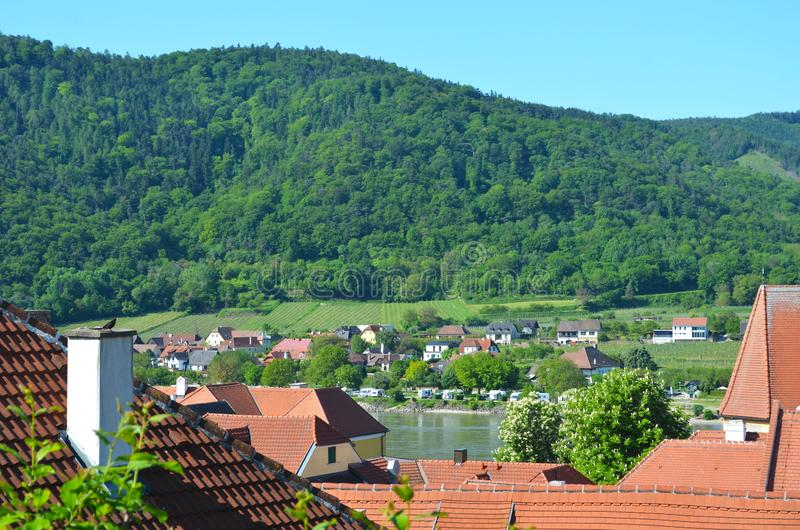 Vue au-dessus d'un village autrichien aux vignobles et à la forêt photographie stock libre de droits