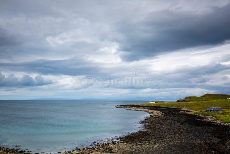 Vue au-dessus d'une plage en pierre en Ecosse du nord image stock