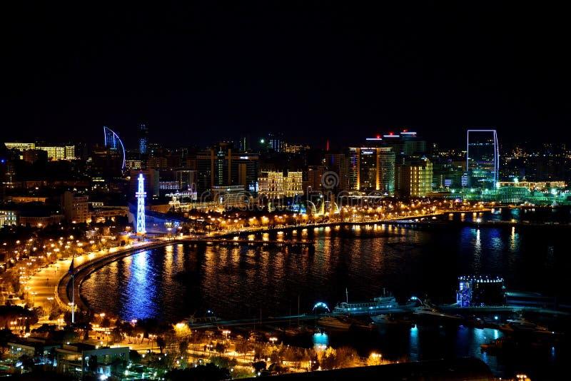 Vue au-dessus de Baku Bulvar et de la Mer Caspienne la nuit photos stock