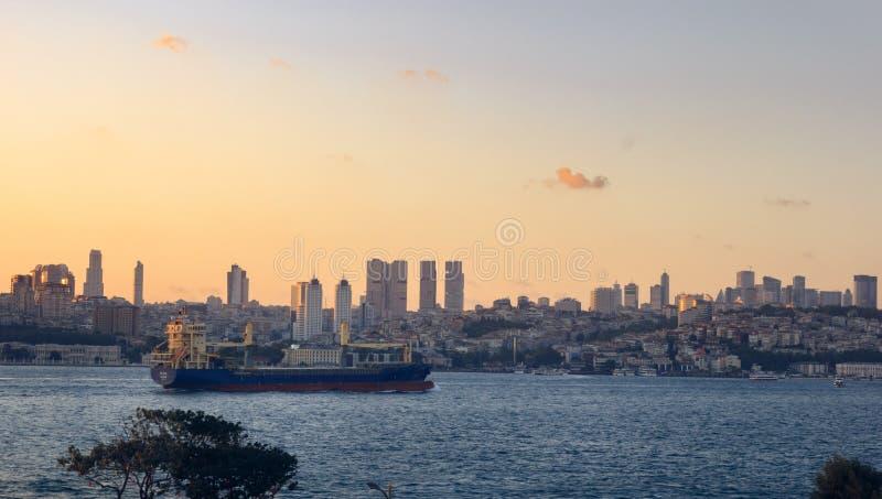 Vue au-dessus de Bosphorus au coucher du soleil photo stock
