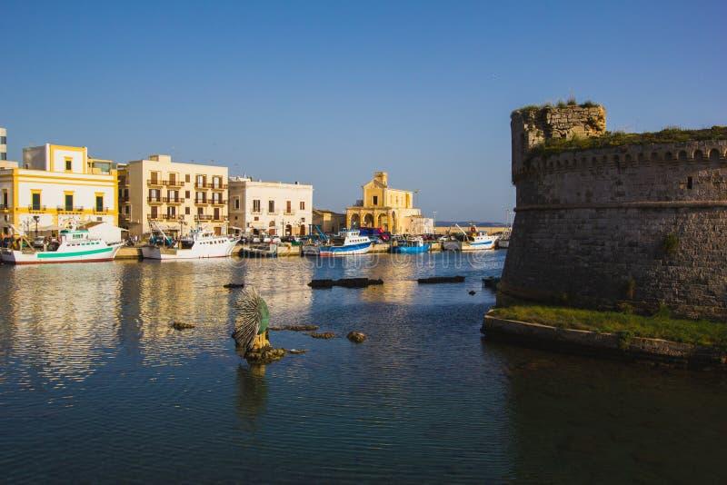 Vue au-dessus de côte d'Otranto avec le port, Salento, Pouilles, Italyrr image libre de droits