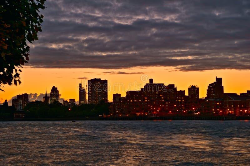 Vue au-dessus de fleuve la Tamise, coucher du soleil, Londres Angleterre image stock