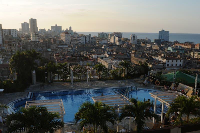 Vue au-dessus de Havanna et la piscine d'un hôtel de luxe image libre de droits