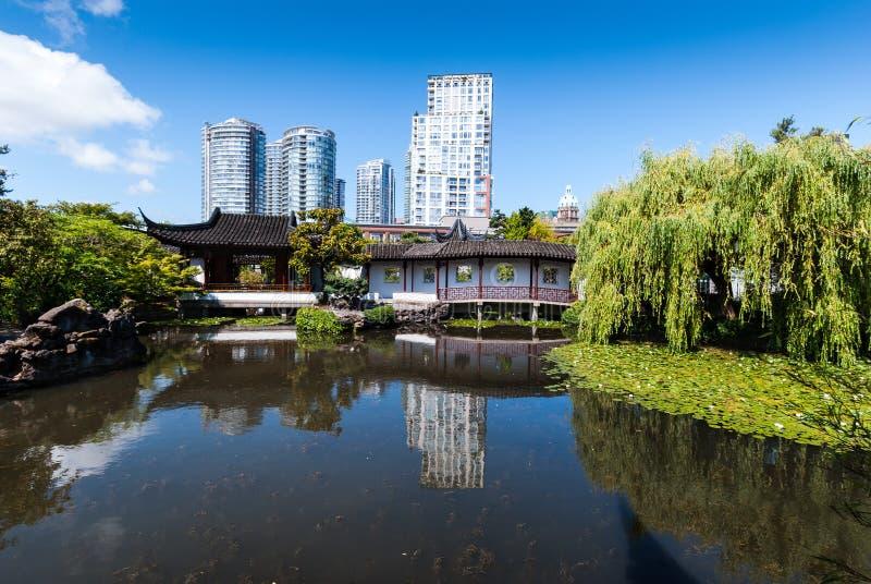 Vue au-dessus de l'étang dans un jardin chinois classique photographie stock libre de droits