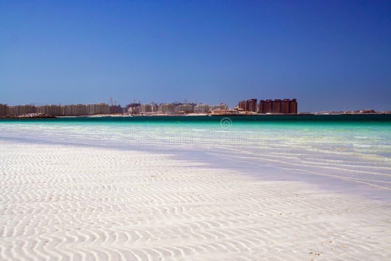 Vue au-dessus de l'eau blanche de sable et de turquoise sur le chantier de construction à Dubaï, 2009 photographie stock