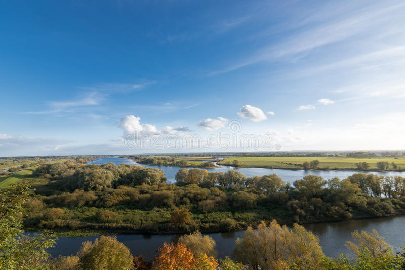 Vue au-dessus de l'Elbe près de Boizenburg, Mecklenburg, Allemagne images stock