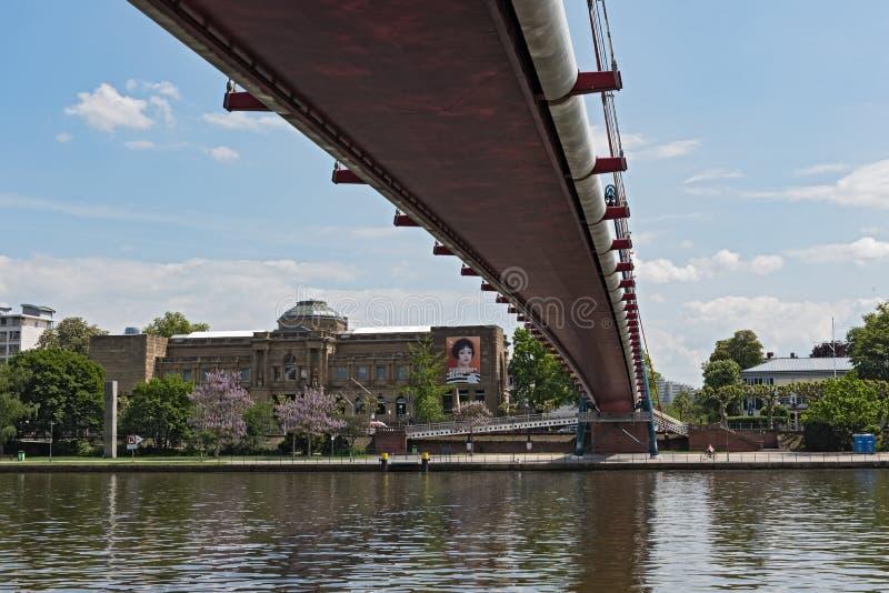 Vue au-dessus de la canalisation de rivière avec Holbeinsteg et Staedelmuseum, Francfort, Allemagne images stock