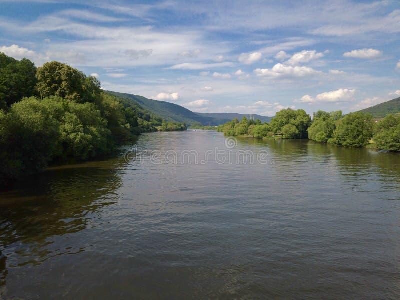 Vue au-dessus de la canalisation de rivière chez Miltenberg photos libres de droits