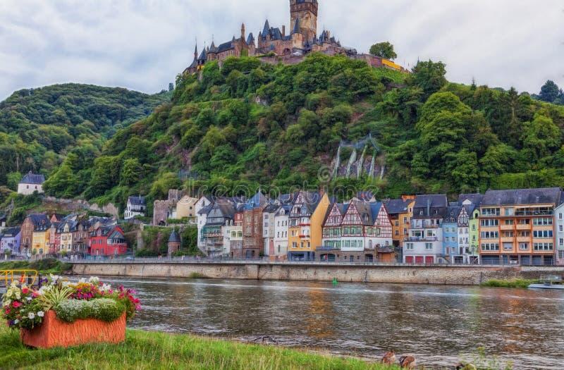Vue au-dessus de la Moselle à la vieille ville de Cochem photographie stock libre de droits