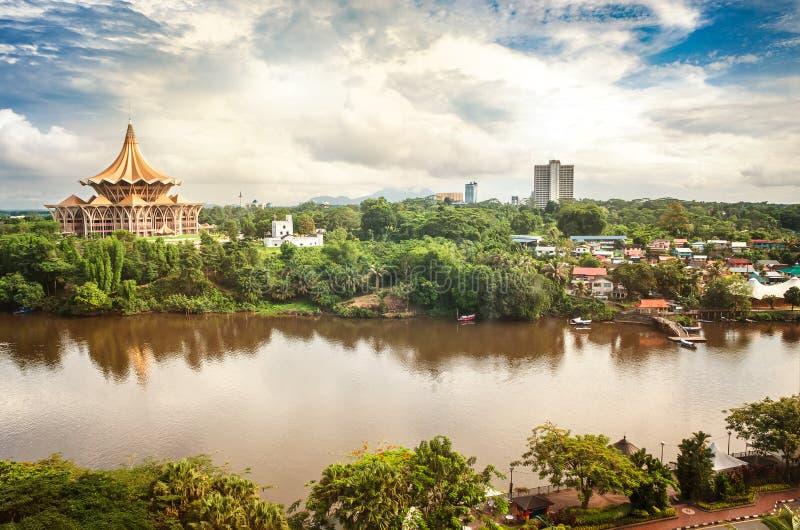 Vue au-dessus de la rivière de Sarawak au côté nord de la ville de Kuc images libres de droits
