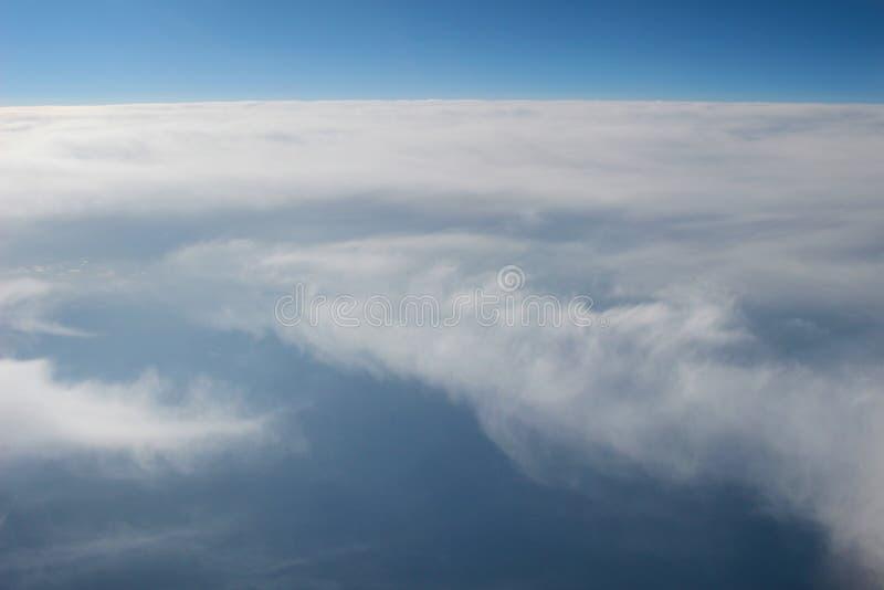 Vue au-dessus de la terre aux nuages ci-dessous image libre de droits