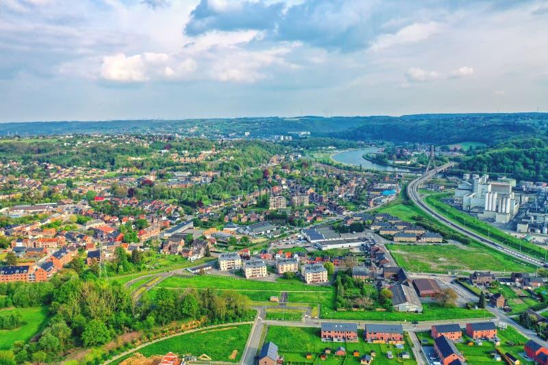 Vue au-dessus de la ville de Huy en la Belgique et Meuse à la centrale nucléaire éloignée de Tihange image libre de droits