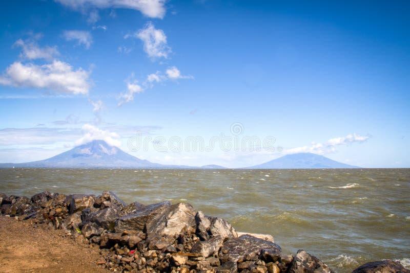 Vue au-dessus de lac Nicaragua avec l'île d'Ometepe au Nicaragua photos libres de droits