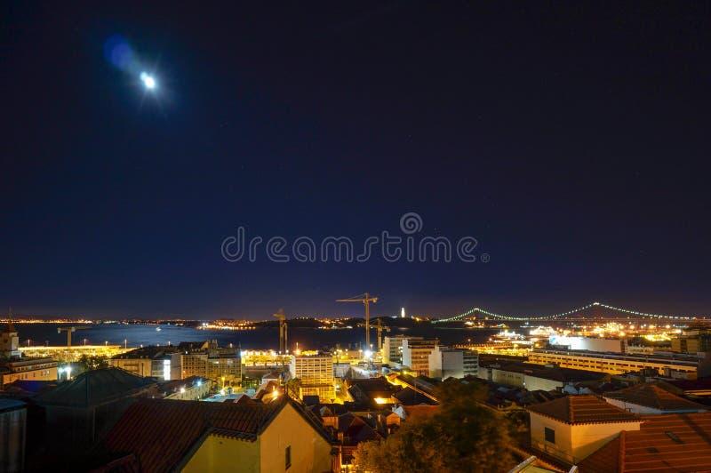 Vue au-dessus de Lisbonne la nuit photographie stock libre de droits