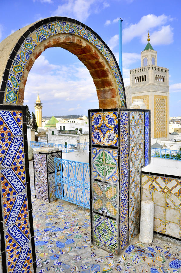 Vue au-dessus de medina et de mosquée de Tunis des arcades cependant image stock
