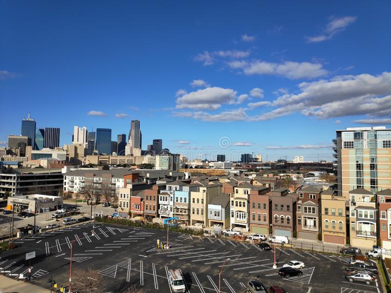 Vue au-dessus de parking à l'horizon de Dallas image libre de droits