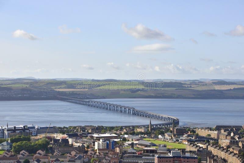 Vue au-dessus de pont écossais historique en ville et en rail photographie stock libre de droits